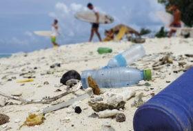 Plastikforurening på strand i Maldiverne